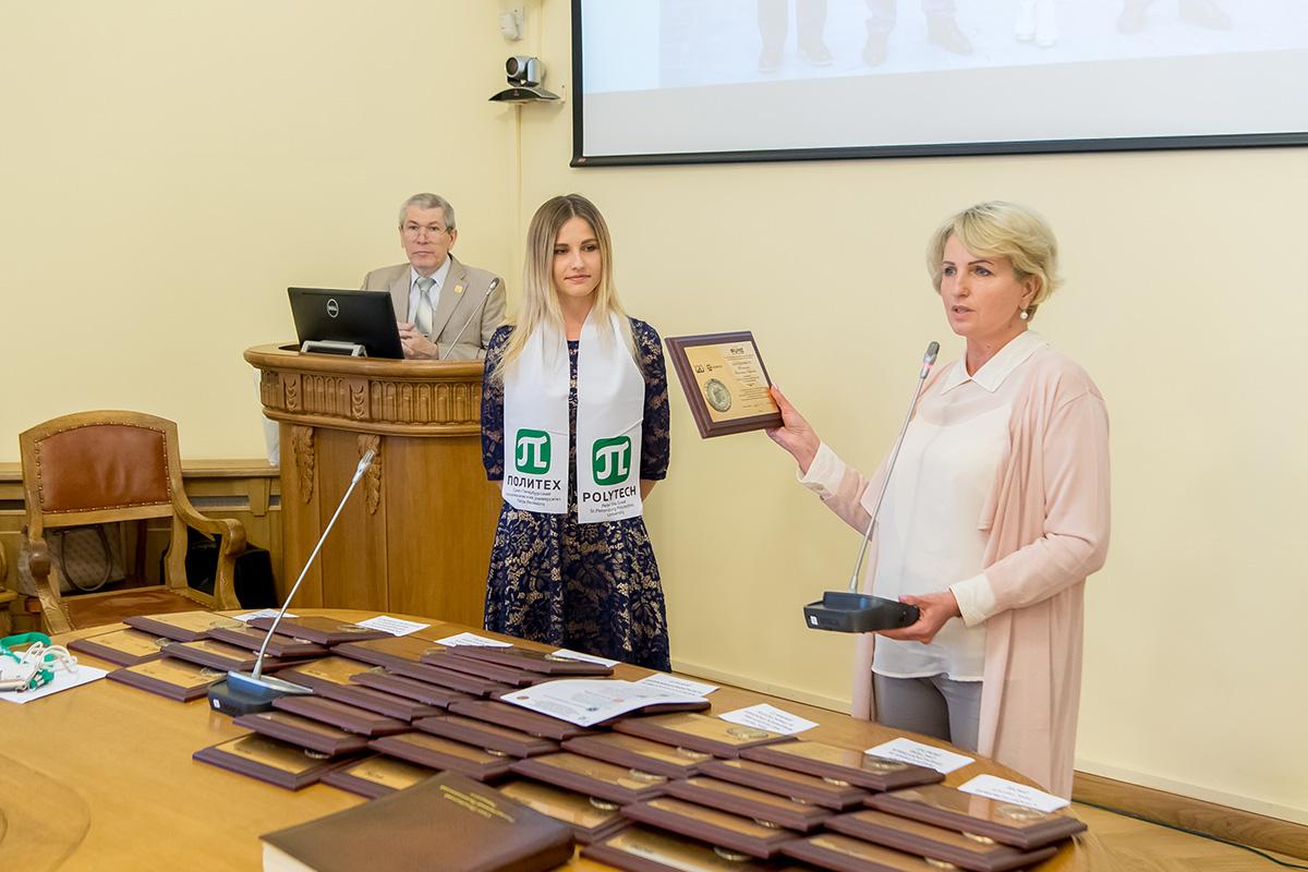 Елена Разинкина вручает награду лучшей выпускнице Санкт-Петербурга Валентине Темкиной